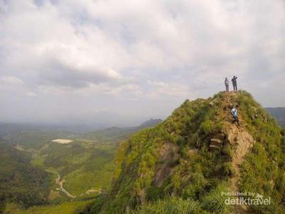 6 Fakta Gunung Batu Jonggol yang Mungil Tapi Menantang