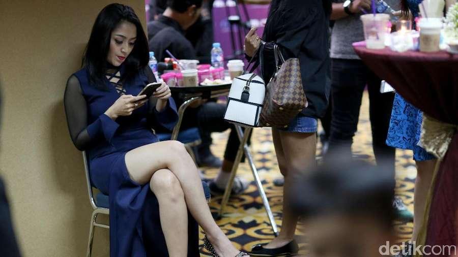 Saat Siti Badriah Sibuk dengan Ponselnya di Trans TV