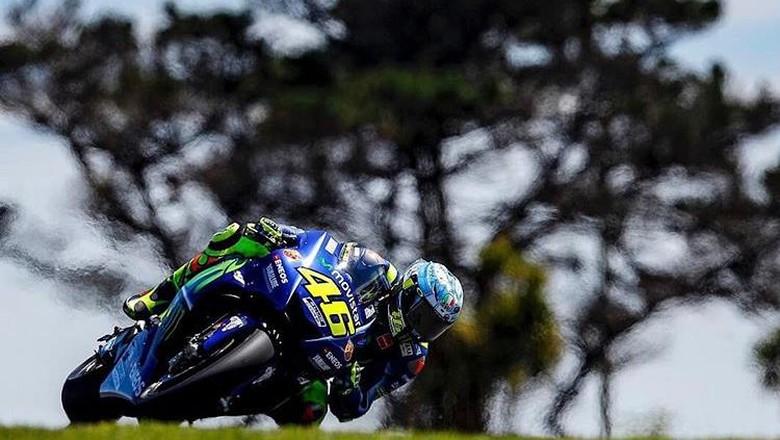 Valentino Rossi menggeber motornya melintasi salah satu tikungan di Sirkuit Phillip Island. Di tiga hari sesi tes, Rossi berturut-turut duduk di posisi dua, delapan, dan 11.