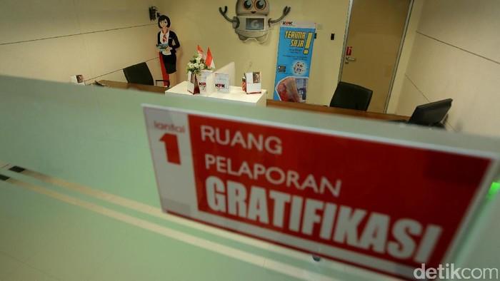 Wakil pimpinan KPK Saut Situmorang meninjau ruang pemeriksaan baru di Gedung Merah Putih KPK, Jakarta, Minggu (19/2).