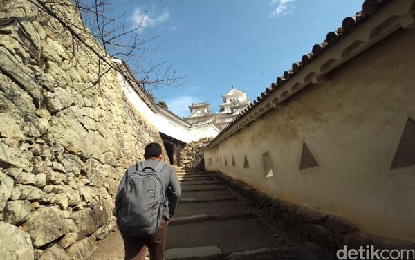 Ada kisah yang dipercayai masyarakat Jepang di Kastil Himeji. Yaitu ada sosok mahluk berbadan hewan menyerupai ulat dengan sebagian tubuh lainnya berbentuk perempuan. Makhluk ini disebut Okiku Mushi. (Andy Saputra/detikTravel)