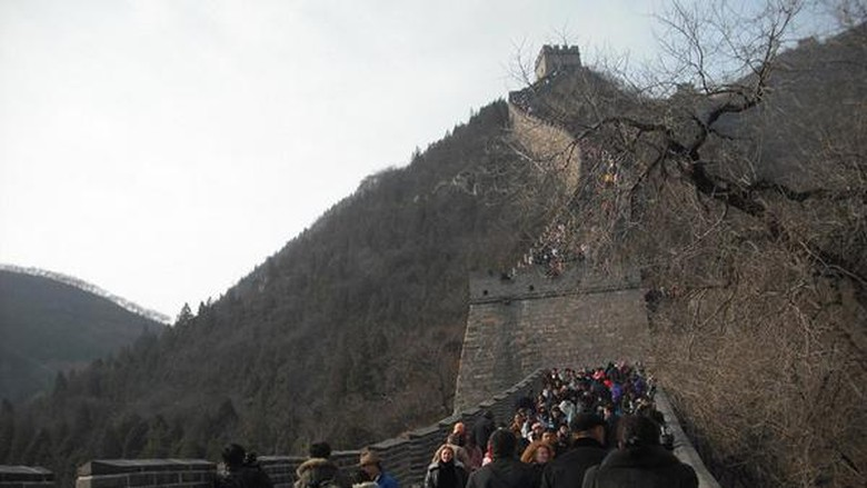Jika ingin mendaki Tembok Besar China sebaiknya Anda menyiapkan stamina. Medannya cukup melelahkan karena harus naik turun tangga (Kurnia/detikTravel)