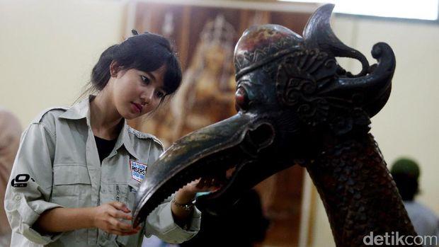 Pengunjung di Keraton Kasepuhan di Cirebon