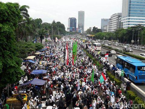 Massa aksi 212 di depan gedung MPR/DPR, Selasa (21/2/2017)