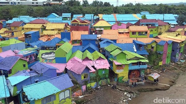 Traveler yang mau mendatangi destinasi instagramable bisa mengunjungi kampung warna warni. Dahulu kumuh, namun sekarang tempat ini jadi tempat yang cantik. (Kampung Warna Warni Jodipan)