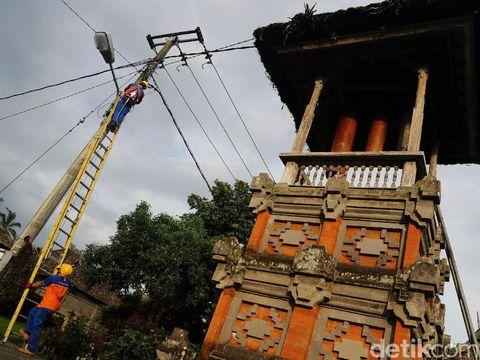 Petugas PLN sedang memasang meteran listrik di rumah pelanggan di Desa Pengotan, Kabupaten Bangli, Bali, Selasa (21/2/2017). PT PLN Distribusi Bali menargetkan program listrik pedesaan di wilayahnya mampu mencakup 2.322 pelanggan pada 2017.