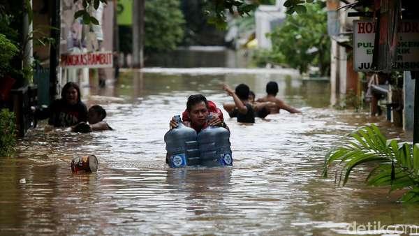 Begini Beda Gaya Anies dan Ahok Saat Kunjungi Lokasi Banjir