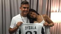 Pelantun Work itupun kembali digosipkan setelah beredarnya foto dirinya bersama Paulo Dybala di jejaring instagram. (Dok.Twitter)