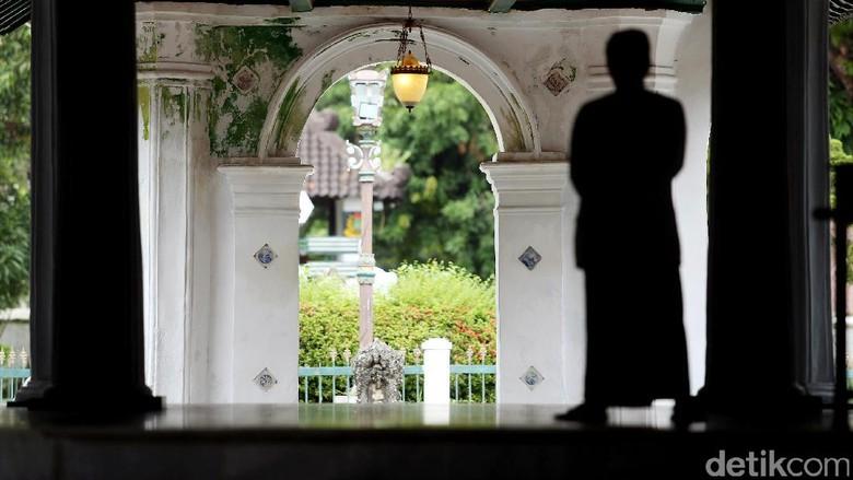 Berkunjung ke Cirebon, alangkah baiknya bila mampir ke Keraton Kesepuhan. Disinilah pusat pemerintahan Kesultanan Cirebon berdiri.