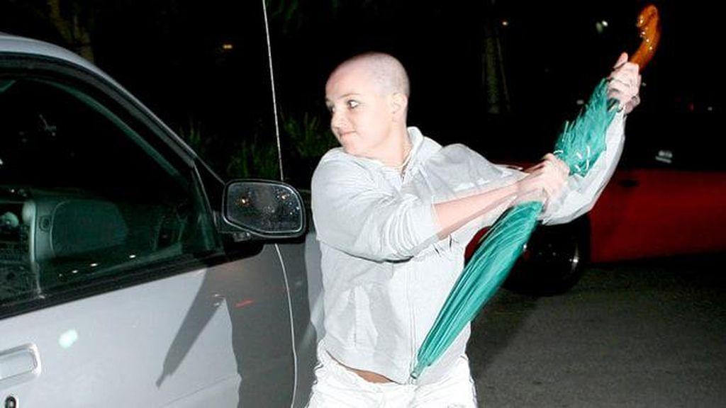 Payung yang Dipakai Britney Spears Serang Paparazzi Akan Dilelang, Minat?