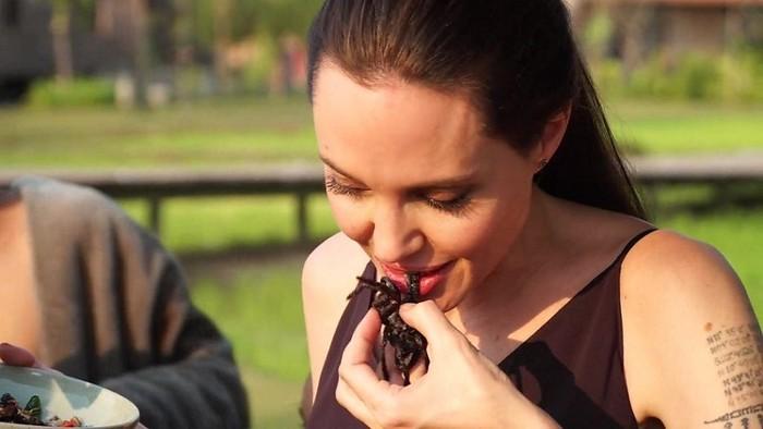 (BBC) Angelina Jolie mengajarkan cara memasak serangga kepada wartawan BBC Yalda Hakim di Kamboja.