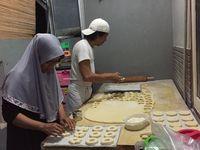 Mengintip Proses Pembuatan Donat Aneka <i>Topping</i> di Industri Rumahan