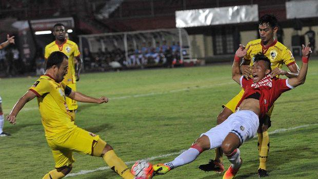 Yoo Hyun-Koo (kiri) nyaris bobol gawang Bali United.