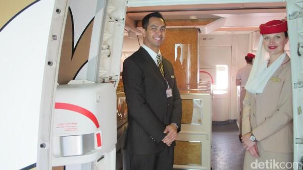 Awak kabin Emirates. Penghentian penerbangan penumpang ini merupakan arahan pemerintah Uni Emirat Arab untuk melindungi masyarakat terhadap penyebaran COVID-19, Emirates menangguhkan semua penerbangan penumpang untuk sementara mulai 25 Maret 2020. Maskapai akan melanjutkan layanan penumpang segera setelah dimungkinkan untuk melakukannya. Sementara itu, Emirates tetap akan mengoperasikan armada Boeing 777, memperkuat hubungan kargo udara internasional untuk mengangkut barang-barang penting, termasuk pasokan medis dan makanan, ke seluruh dunia. Foto: Afif Farhan