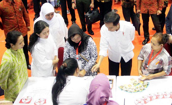Jokowi menyalurkan Bantuan Pangan Non Tunai (BPNT) dalam bentuk voucher. Dengan adanya bantuan ini, penerima bisa membelanjakan dana bantuan yang diberikan pemerintah di tempat pembelian BPNT yang telah disediakan. Pool/Kemensos.