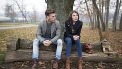 Dalam suatu hubungan pasti terdapat permasalahan, salah satunya adalah perselingkuhan. Sebelum terjadi, perhatikan 8 tanda ini.