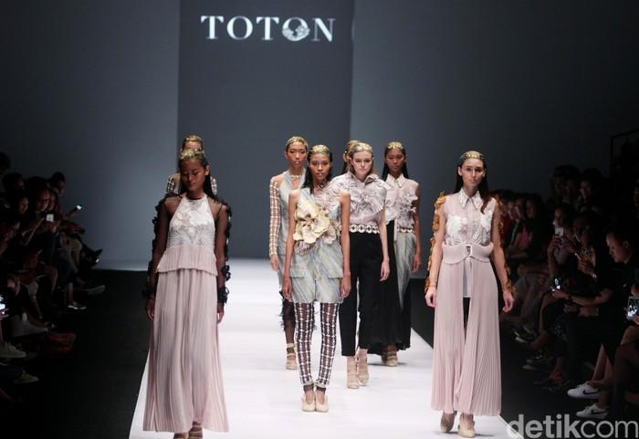 Koleksi Toton Januar for Dewi Fashion Knight [DFK] di Jakarta Fashion Week 2017. Senayan City. Jakarta.