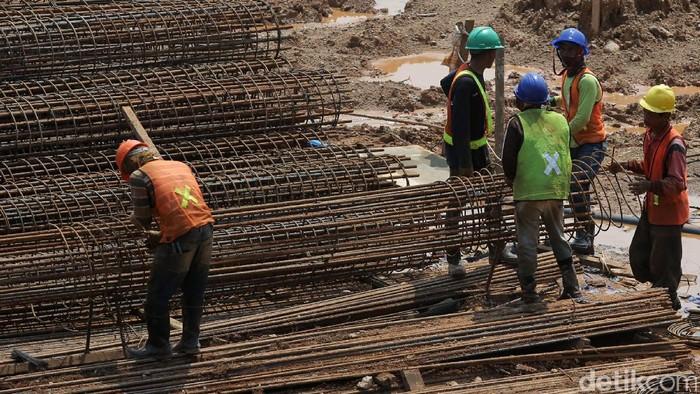 Sejumlah pekerja tengah menyelesaikan proyek pembangunan Pasar Rumput, Jakarta, Kamis (23/2). Rencananya proyek ini ditargetkan rampung pada 2018 mendatang.
