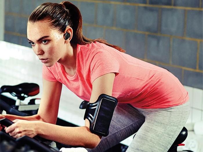 Terlalu sering memakai earphone dapat menurunkan fungsi penurunan secara permanen. Foto: Jabra