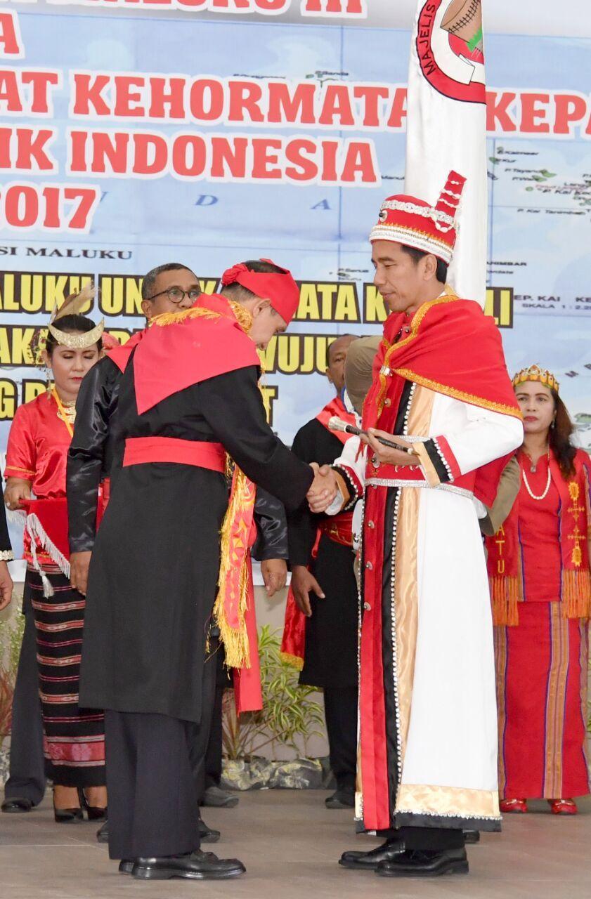 Presiden Jokowi Berjubah Adat Maluku