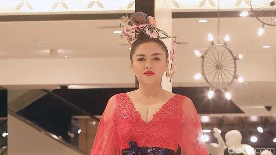 Aksi Vicky Shu hingga Iis Dahlia Saat Jadi Model