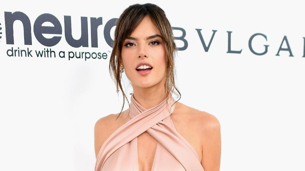 Fear Factor! Alessandra Ambrosio Nekat Makan Kalajengking di China