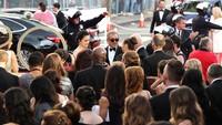 Mel Gibson mendapat pengawalan ketat saat tiba di red carpet. Ben Peterson/Getty Images/detikFoto.