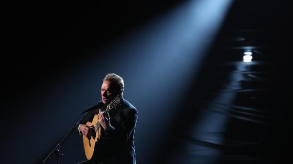 Sting Nyanyikan The Empty Chair dengan Begitu Haru