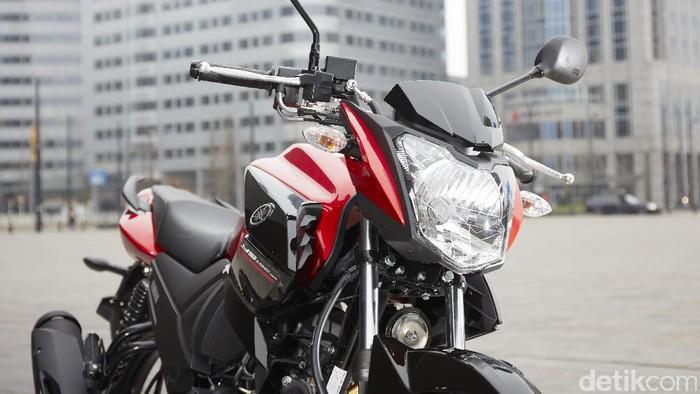 Motor yang baru akan dilepas di pertengahan Maret di Eropa ini menawakan mesin 125 cc 4-stroke SOHC single silinder standar Euro4. Saking iritnya, motor dengan tangki 14 liter Yamaha YS125 bisa berlari hingga 300 km.