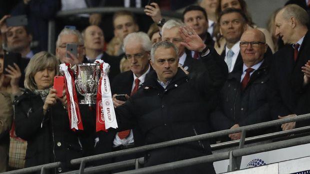 Jose Mourinho mempersembahkan Piala Liga untuk Manchester United. (