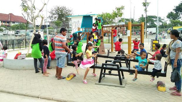 RPTRA Kalijodo ramai dikunjungi warga untuk refreshing dan jalan kaki