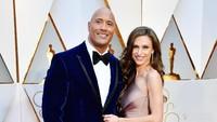 Dwayne Johnson tampil bersama istrinya, Lauren Hashian yang terlihat semringah. Frazer Harrison/Getty Images/detikFoto.