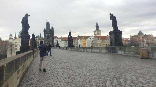 Objek patung yang menjadi sasaran foto para turis