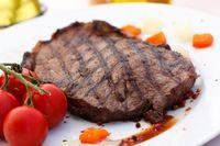 Donald Trump Makan Steak Well Done dengan Saus Tomat