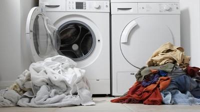 Bikin Deg-degan, Balita Ini Terjebak di Mesin Cuci yang Menyala