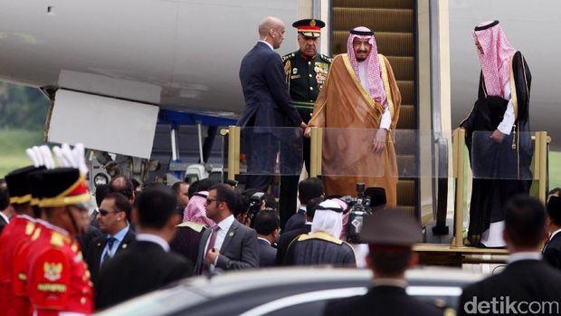 Penjelasan Soal Bisht dan Thawb yang Dipakai Raja Salman
