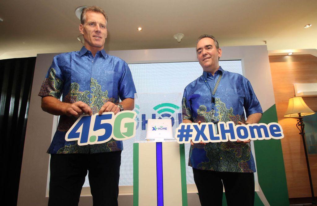 Chief Commercial Officer XL Allan Bonke (kiri) berbincang dengan Head of Postpaid and XL Center Rashad Javier Sanchez (kanan) usai peluncuran paket XL HOME di Jakarta, Rabu (1/3/2017). (Foto: dok XL)