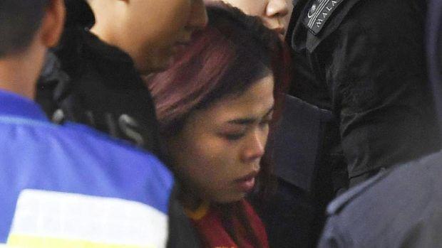 Siti Aisyah (tengah).