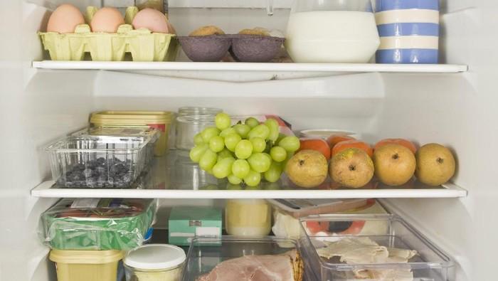 Ilustrasi menyimpan makanan di kulkas. Foto: Getty Images