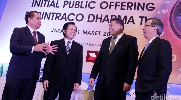 Presdir PT Bintraco Dharma Tbk Sebastianus Harno Budi (kedua kanan) dan Wapresdir Benny Redjo Setyono (kanan), berbincang dengan Direktur Independen Joko Tri Sanyoto (kiri) dan Direktur Fatriyanto (kedua kiri), usai pengumuman rencana penawaran umum perdana saham (Initial Public Expose), di Jakarta.