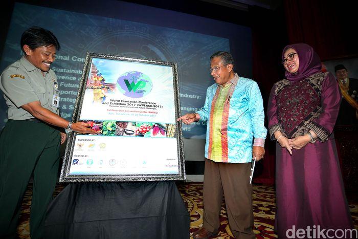 Menko Perekonomian Darmin Nasution, membuka selubung bersama Dirjen Perkebunan Kementerian Pertanian Bambang (kedua kiri) dan Dirut PT Riset Perkebunan Nusantara Teguh Wahyudi.