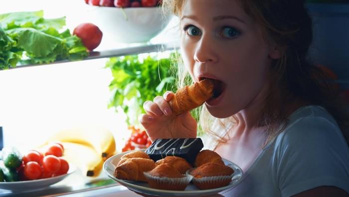 Berat badan berlebih tak melulu karena banyak makan. Ngemil tak sehat dan sering juga bisa jadi penyebabnya. Foto: iStock