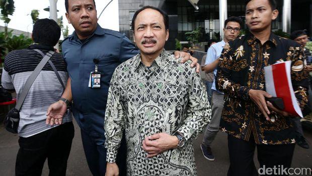 Hakim Mahkamah Konstitusi (MK) Suhartoyo, menjalani pemeriksaan di Gedung KPK, Jakarta, Kamis (2/3/2017). Suhartoyo diperiksa untuk empat tersangka sekaligus yaitu Hakim MK (nonaktif) Patrialis Akbar, Direktur PT Spekta Selaras Bumi Kamaluddin, Direktur Utama Sumber Laut Perkasa dan PT Impexindo Pratama Basuki Hariman dan General Manager PT Impexindo Pratama  NG Fenny, dalam kasus dugaan suap perkara dalam proses uji materiil UU Nomor 41 Tahun 2014 tentang Peternakan dan Kesehatan Hewan yang sedang ditangani MK.