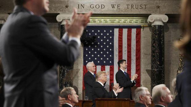 Hadirin yang hadir termasuk Trump memberikan standing ovation untuk Carryn Owens, janda tentara AS yang gugur di Yaman