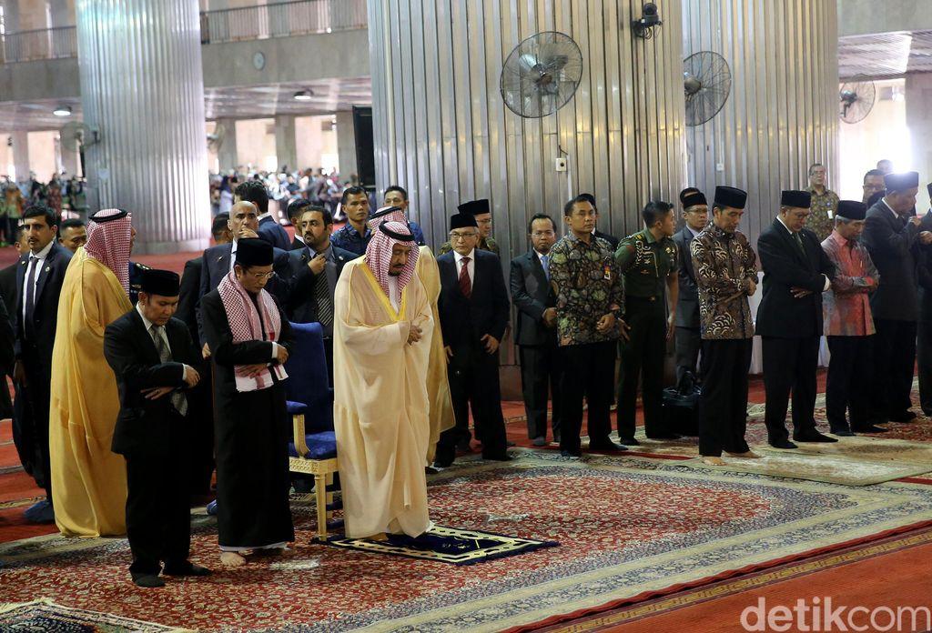 Raja Salman tiba di Masjid Istiqlal, Jakarta. Didampingi dengan Presiden Joko Widodo, Raja Salman menunaikan salat Tahiyatul Masjid.