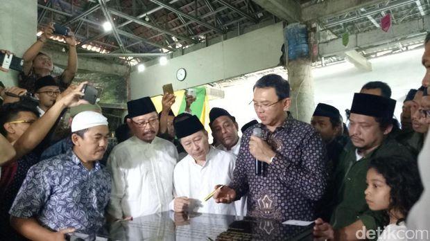 Gubernur DKI Jakarta Basuki Tjahaja Purnama (Ahok) di Makam Mbah Priok, Sabtu (4/3/2017)