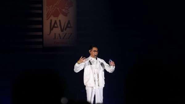 Setelan Jas Serba Putih Afgan di BNI Java Jazz