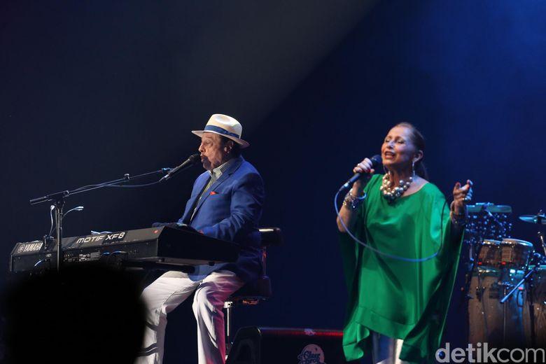 Mengusung musik jazz funk Sergio memulai aksinya dengan Maghdalenna. Foto: Hanif/detikHOT