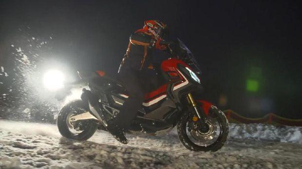 Pebalap MotoGP Marc Marquez beraksi dengan Honda X-ADV