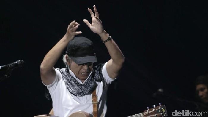 Penampilan Iwan Fals di panggung Java Jazz Festival 2017.